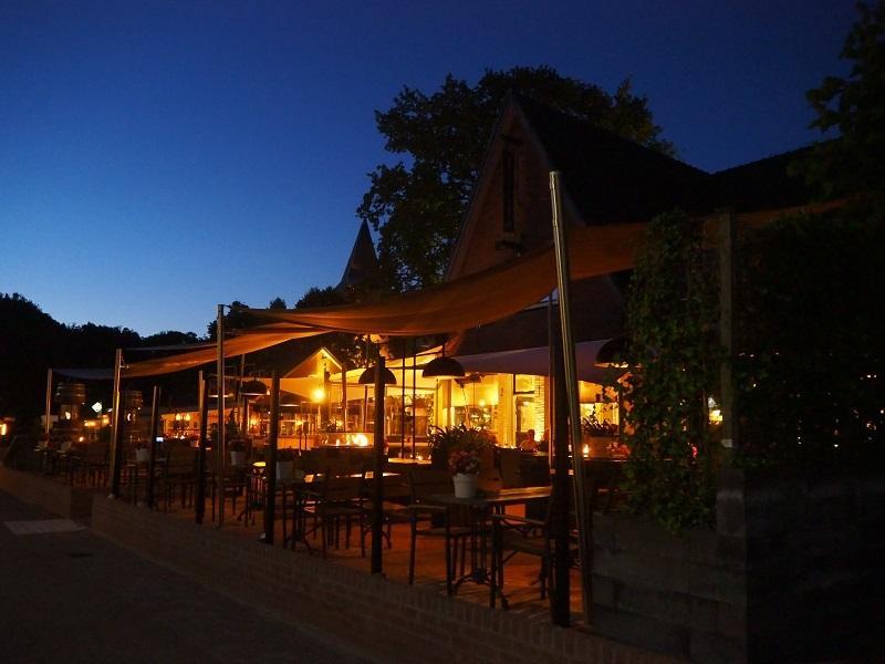 De avondsfeer op het terras